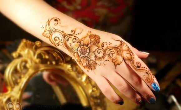Красивая рука с росписью