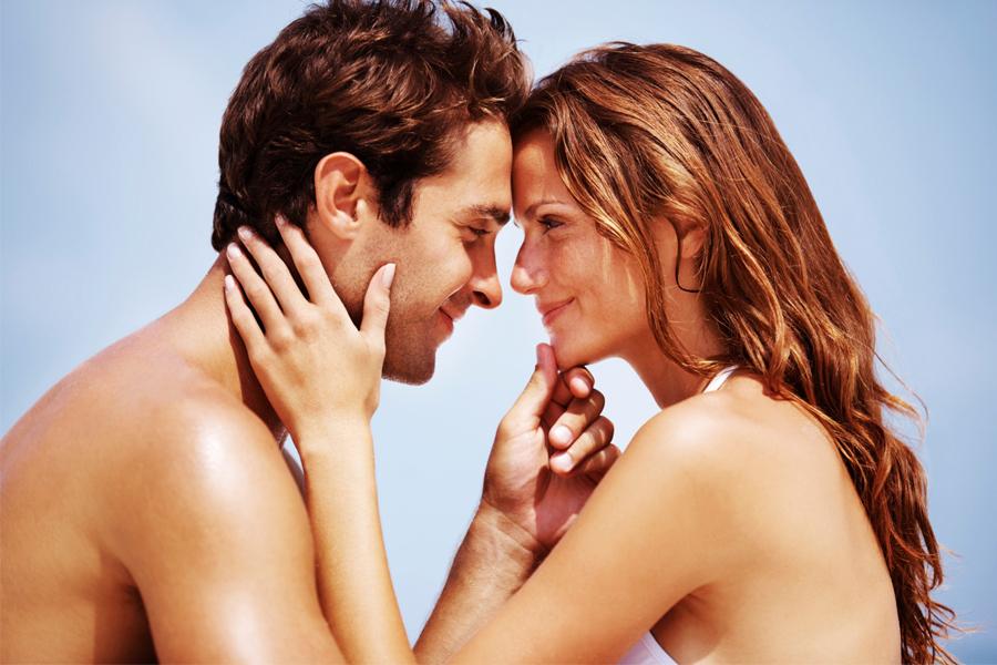 Парень с девушкой на первом свидании занимаются сексом